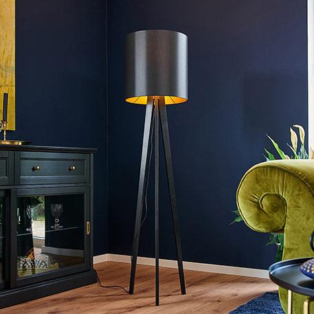 Holz-Stehlampe Nida mit schwarz-goldenem Schirm