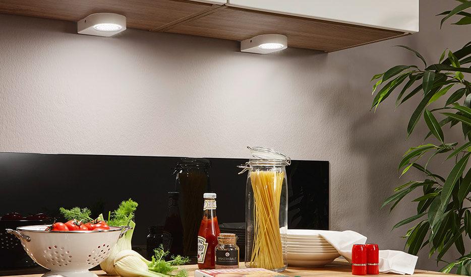 So kriegen Sie mit Unterschrankleuchten einen Lichtmangel unter Schränken in den Griff