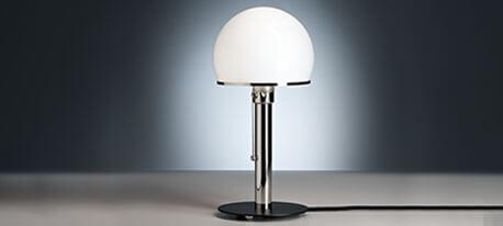 Wagenfeld-Tischlampe mit schwarz lackiertem Fuß