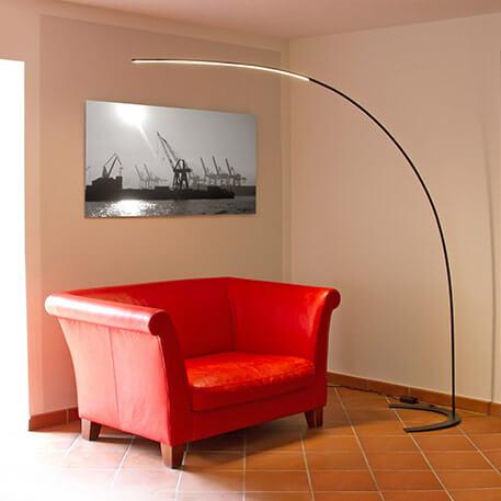 Bogenlampe mit rotem Sessel