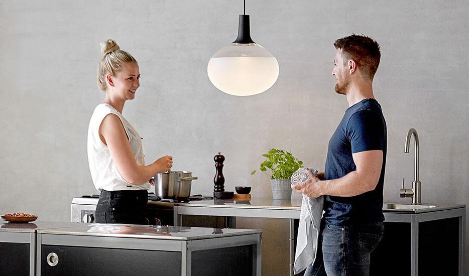 Dee - LED-Pendelleuchte aus Glas und Metall