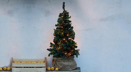 künstlicher weihnachtsbaum mit beleuchtung und schmuck